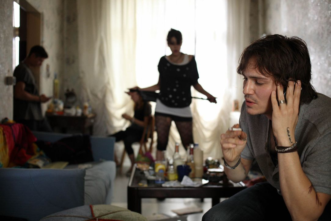 Junkie Robi (Christoph Schärf) will nur eines: Er will mit Nadja zusammen sein, auch wenn er damit das Mädchen in die Drogenszene zieht. Da macht... - Bildquelle: SAT.1