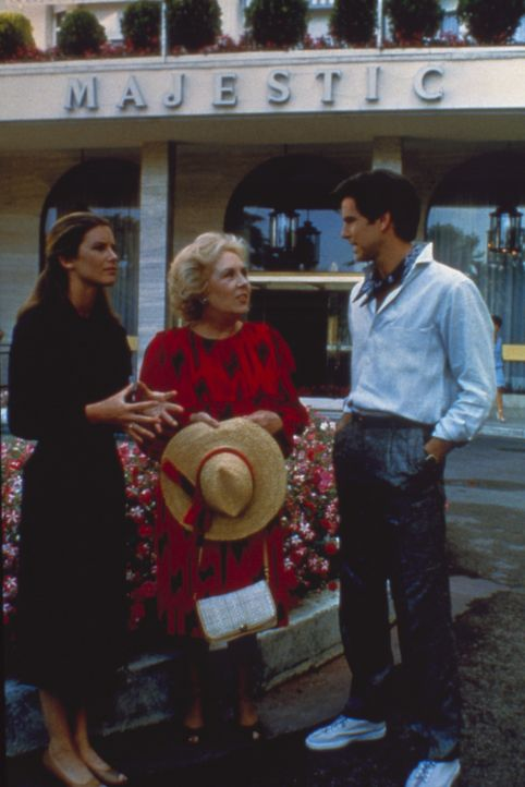 (3.Staffel) -  Das Team der Remington Steele Detektei hat einen neuen Fall. Mildred (Doris Roberts, M.) eilt Laura (Stephanie Zimbalist, l.) und Rem... - Bildquelle: Motion Picture   1985 MTM PRODUCTIONS.    2001 Twentieth Century Fox Film Corporation. All rights reserved.