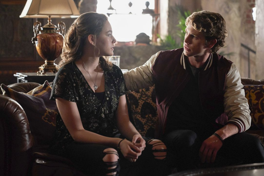 Hope (Danielle Rose Russell, l.); Roman (Jedidiah Goodacre, r.) - Bildquelle: Warner Bros.