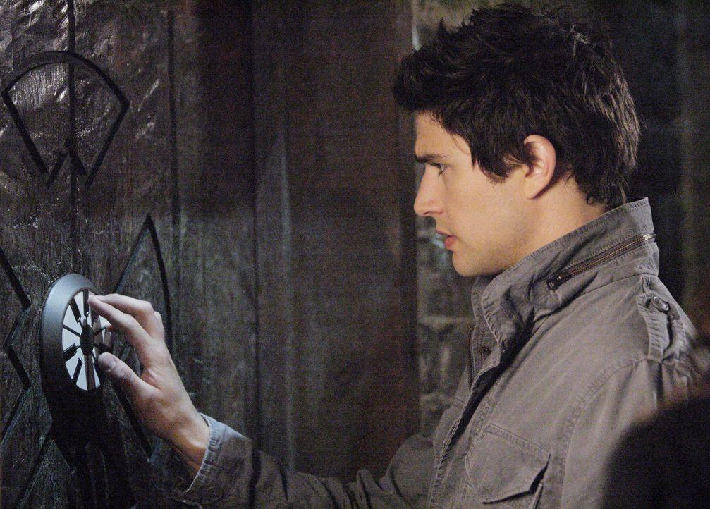 Die Hinweise der versteckten Karte in einem Ring führen Kyle (Matt Dallas) und Jessi zu einem verlassenen Haus. Dort machen sie eine schreckliche E... - Bildquelle: TOUCHSTONE TELEVISION