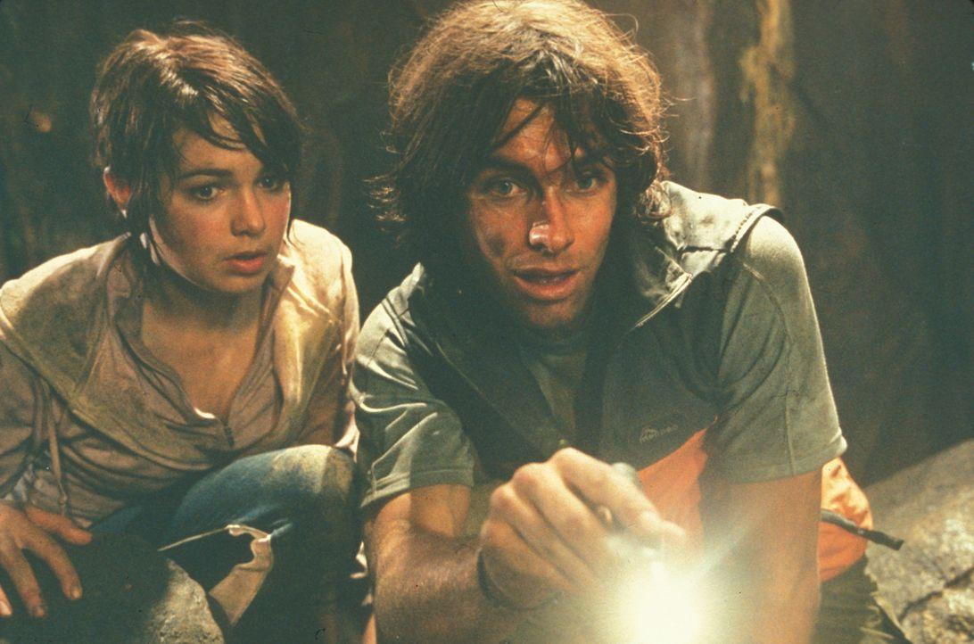 Als der Vulkan ausbricht, können sich Melanie (Emily Barclay, l.) und Jason (Antony Starr, r.) zunächst in Sicherheit bringen. Doch die heiße Lav... - Bildquelle: Regent Entertainment