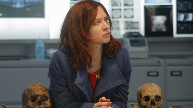Während ihren Ermittlungen stoßen Chloé (Odile Vuillemin) und das Team auf ei...
