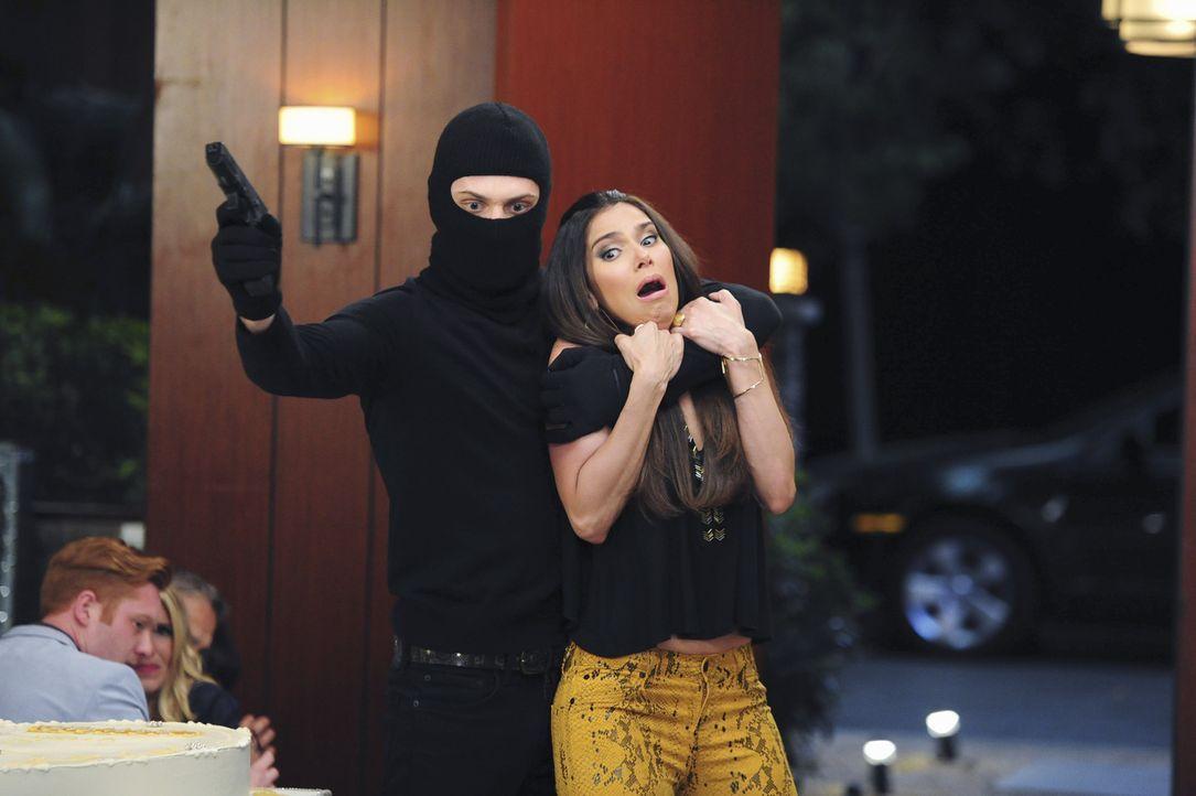 Eigentlich will Ty Carmen (Roselyn Sanchez, r.) das Leben retten, doch der Plan könnte ganz schnell nach hinten losgehen ... - Bildquelle: 2014 ABC Studios