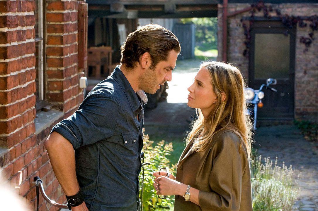 Gerade wollte sich Maja (Nadeshda Brennicke, r.) von ihrem alten Leben trennen, als sie erfährt, dass Ben (Tobias Oertel, l.) sie betrogen hat ... - Bildquelle: Sat.1