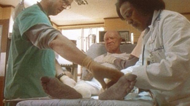 Dr. Greene (Anthony Edwards, l.) und Dr. Hicks (C. C. H. Pounder, r.) untersu...