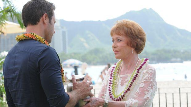 Tante Deb (Carol Burnett, r.) kehrt nach Hawaii zurück, um die Asche ihres Eh...