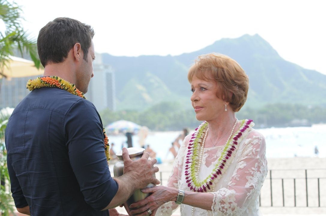 Tante Deb (Carol Burnett, r.) kehrt nach Hawaii zurück, um die Asche ihres Ehemanns zu verstreuen. Sie bittet Steve (Alex O'Loughlin, l.) um Hilfe d... - Bildquelle: Norman Shapiro 2015 CBS Broadcasting, Inc. All Rights Reserved