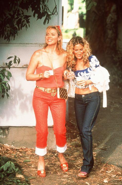 Um Carries (Sarah Jessica Parker, r.) Sucht zu befriedigen, verschwindet Sam (Kim Cattrall, l.) mit ihr in einer Seitengasse, wo sie auf Taschendeal... - Bildquelle: Paramount Pictures