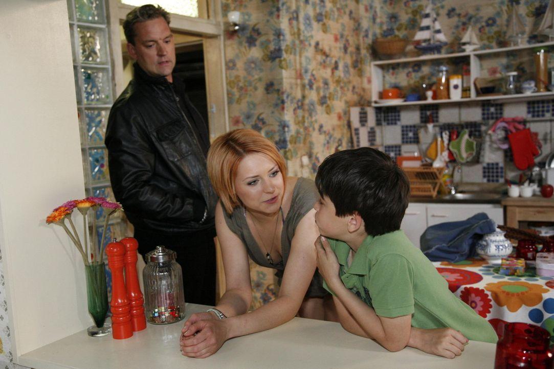 Ralf (Christian Kahrmann, l.) ist bemüht, seine Sorgen vor um Manu Jana (Ronja Peters, M.) und Daniel (Alexander Türk, r.) geheim zu halten ... - Bildquelle: SAT.1
