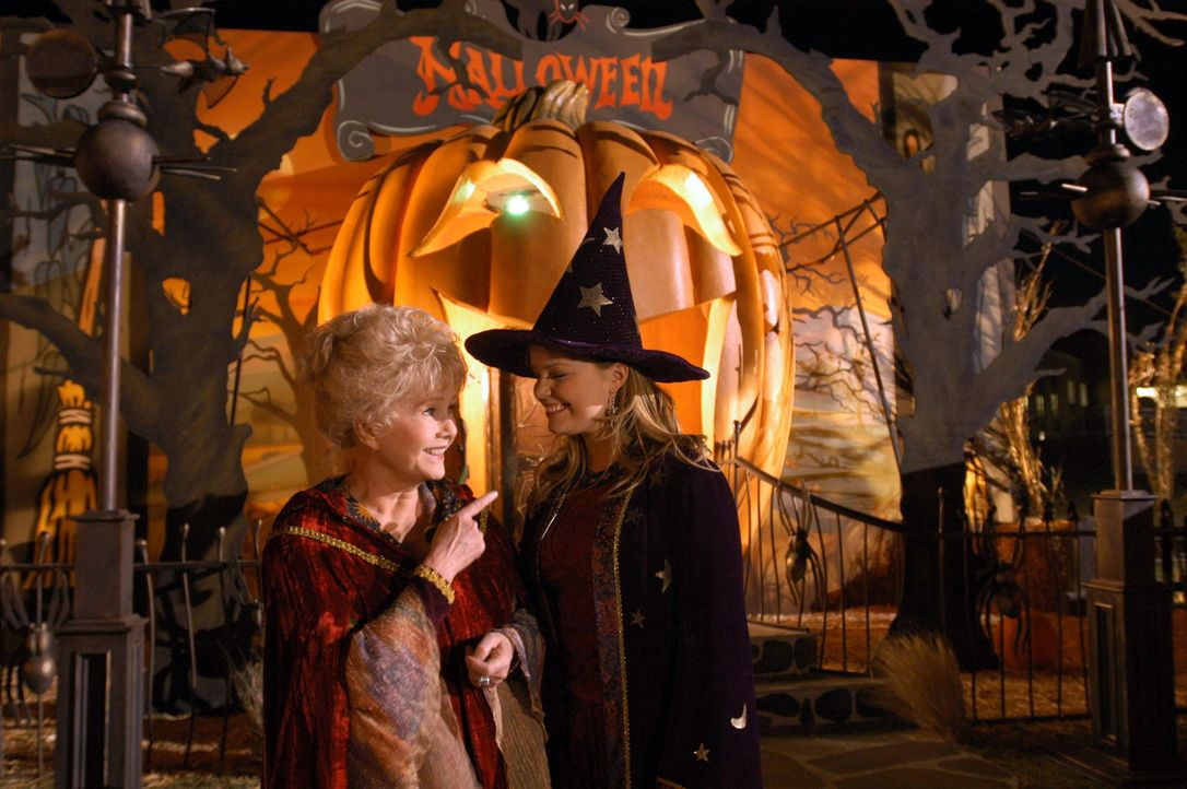 Eines Tages gelingt es Aggie (Debbie Reynolds, l.) und Marnie (Kimberly Brown, r.), den Halloweentown-Rat davon zu überzeugen, einige Teenager in d... - Bildquelle: The Disney Channel