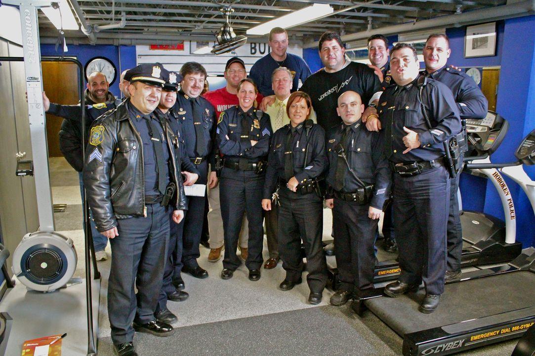 Polizeirevier; Jason Cameron (hinten M.); Tony Siragusa (hinten 2. v. r.) - Bildquelle: Nathan Frye 2011, DIY Network/ Nathan Frye