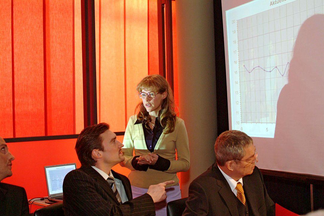 Völlig überrumpelt muss Lisa (Alexandra Neldel, M.) in der Vorstandssitzung vor Friedrich Seidel (Wilhelm Manske, r.) und Richard von Brahmberg (K... - Bildquelle: Sat.1