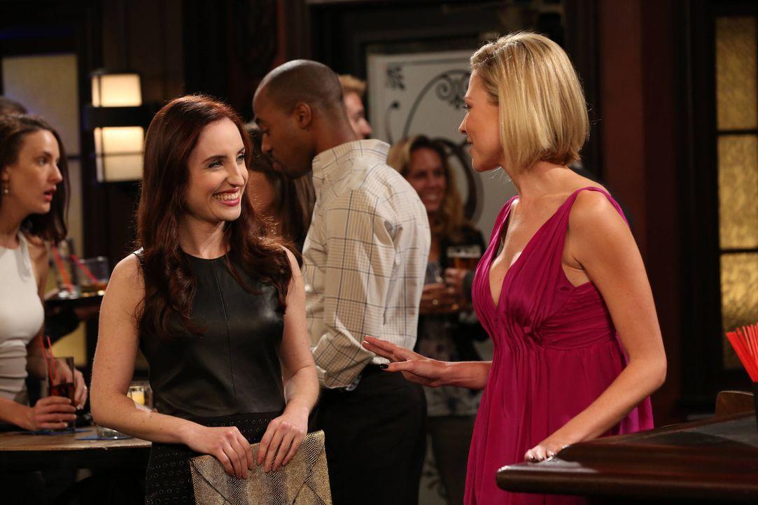 """Für Jess (Desi Lydic, r.) ist Kate (Zoe Lister-Jones, l.) mehr als nur der """"Wingman"""" ... - Bildquelle: 2013 CBS Broadcasting, Inc. All Rights Reserved."""