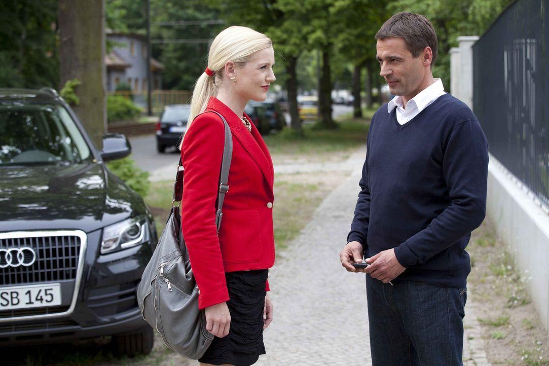 Stefan (Ulrich Drewes, r.) kann Helena (Kim Sarah Brandts, l.) charmant davon überzeugen, sich von ihm in der Villa verwöhnen zu lassen ... - Bildquelle: SAT.1