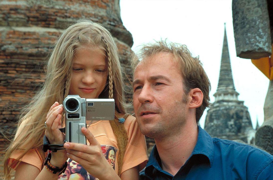 Sven Arnhold (Ulrich Noethen, r.), Ehefrau Jana und Tochter Melanie (Nadine Fano, l.) müssen auf dem Weg nach Australien eine Zwischenlandung in Ba... - Bildquelle: Manju Sawhney ProSieben
