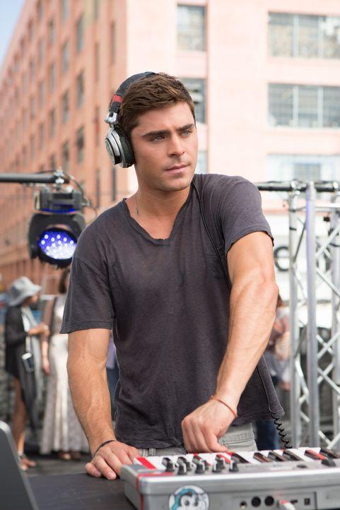 Der 23-jährige Cole (Zac Efron) träumt davon, den großen Schritt vom kleinen Plattenaufleger zum echten DJ zu machen. Doch das ist ziemlich schwieri... - Bildquelle: 2015 STUDIOCANAL S.A. All Rights reserved.