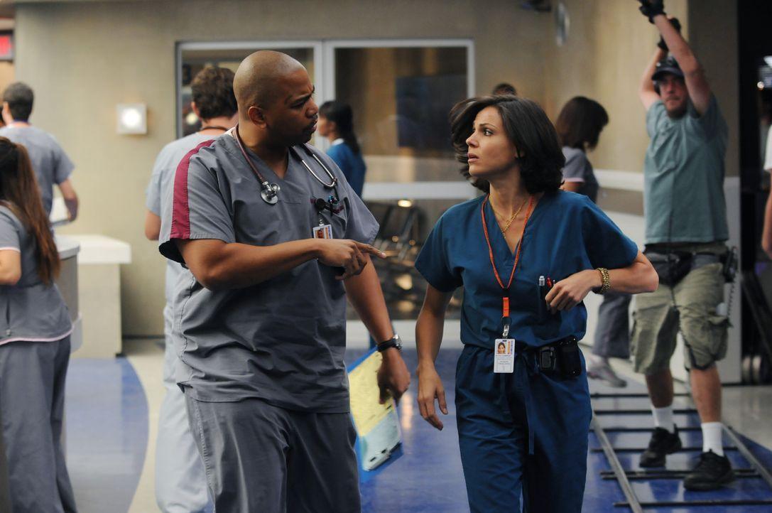 Tuck (Omar Gooding, l.) erfährt Dr. Zambranos (Lana Parilla, r.) traurige Vergangenheit - sie verlor ihre Mutter im Alter von sechs Jahren auf der... - Bildquelle: Warner Brothers