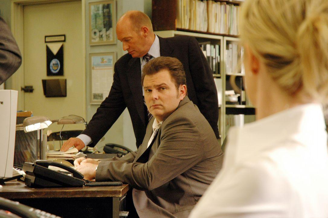 Lt. John Stillman (John Finn, l.), Det. Nick Vera (Jeremy Ratchford, M.) und Det. Lilly Rush (Kathryn Morris, r.) überlegen, wer sonst noch als Mö... - Bildquelle: Warner Bros. Television