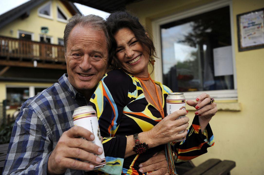Die Camper Winfried Treptekes (Tom Gerhardt, l.) und Anna Zempel (Sabine Vitua, r.) vertreiben ihre Abende nicht nur mit Bingo, sondern haben auch e... - Bildquelle: Bernd Spauke SAT.1/ Bernd Spauke