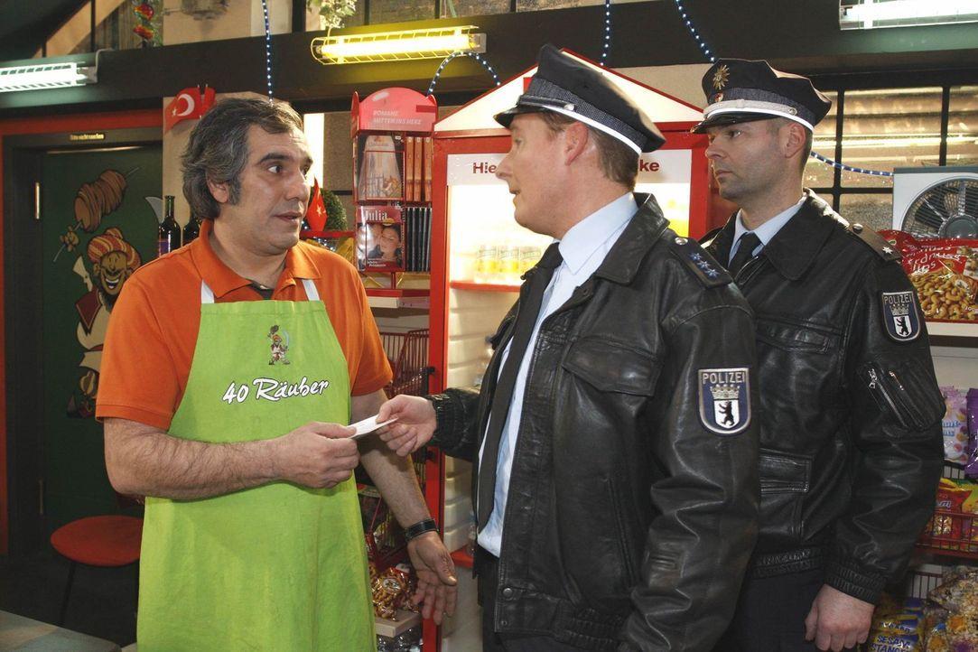 Süleyman (Hussi Kütlucan, l.) gerät unter Druck, als Polizist Moor (Sandro Preuß, l.) und ein Kollege bei ihm aufkreuzt  ... - Bildquelle: SAT.1