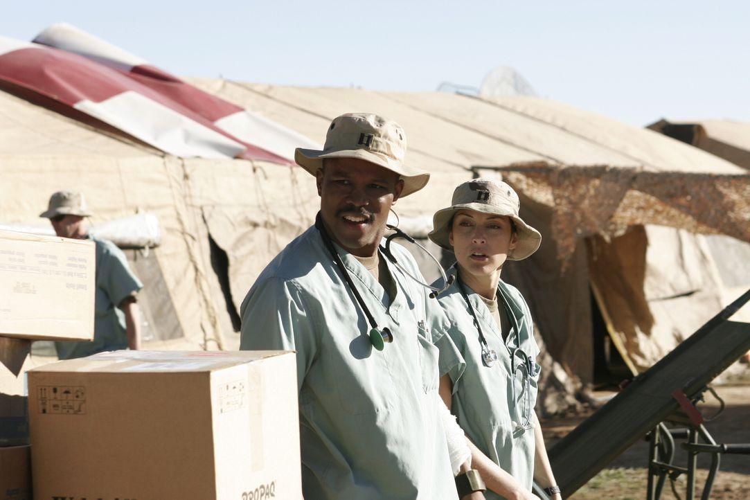 Im Kriegsgebiet versucht Michael (Sharif Atkin, l.) schwer verletzte Soldaten zu retten ... - Bildquelle: WARNER BROS