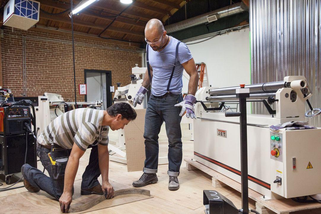 Designer Gasper de Jesus (r.) und sein Zimmermann Brooks Utley (l.) müssen Hand in Hand arbeiten, wenn sie mit den wenigen Mitteln, die ihnen zur Ve... - Bildquelle: 2015 Warner Bros.