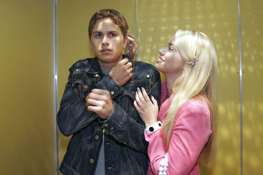 Timo (Matthias Dietrich, l.) ist eifersüchtig auf Alex und entzieht sich stur Kims (Lara-Isabelle Rentinck, r.) liebevollen Annäherungsversuchen ... - Bildquelle: Noreen Flynn Sat.1