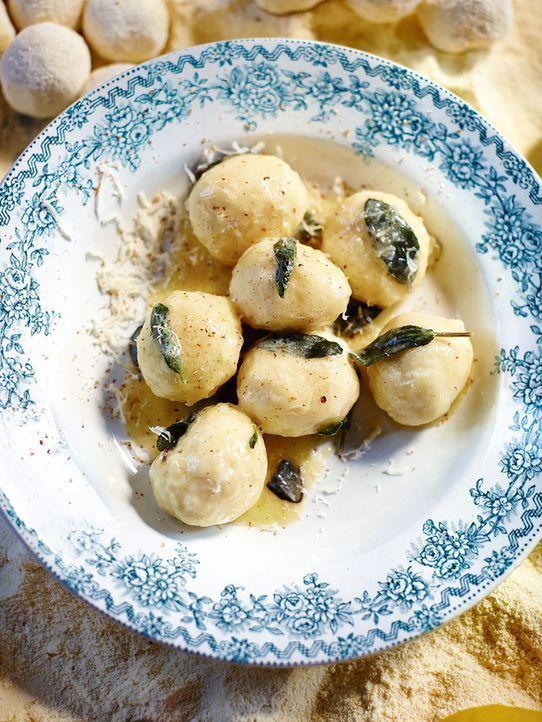 Ein kleiner Gruß aus Italien: Die Butter-Salbei-Gnudi können ihren bekannteren Verwandten, den Gnocchi, eindeutig Konkurrenz machen ... - Bildquelle: FRESH ONE PRODUCTIONS MMXIV