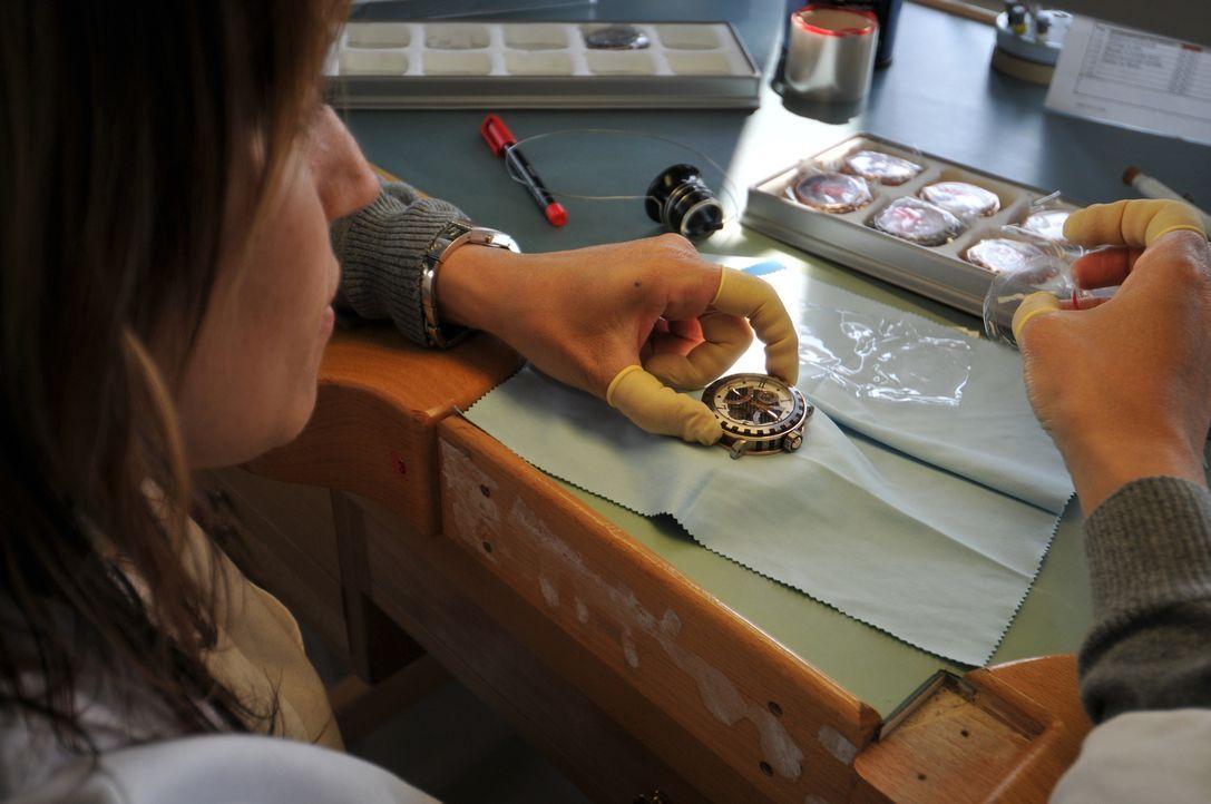 In Geneva kontrolliert eine Uhren-Inspekteurin die aufwendige und äußerst komplizierte Arbeit der Dewitt-Uhrenfabrik ... - Bildquelle: Cecile Cusin NGC Network International, LLC All rights reserved.