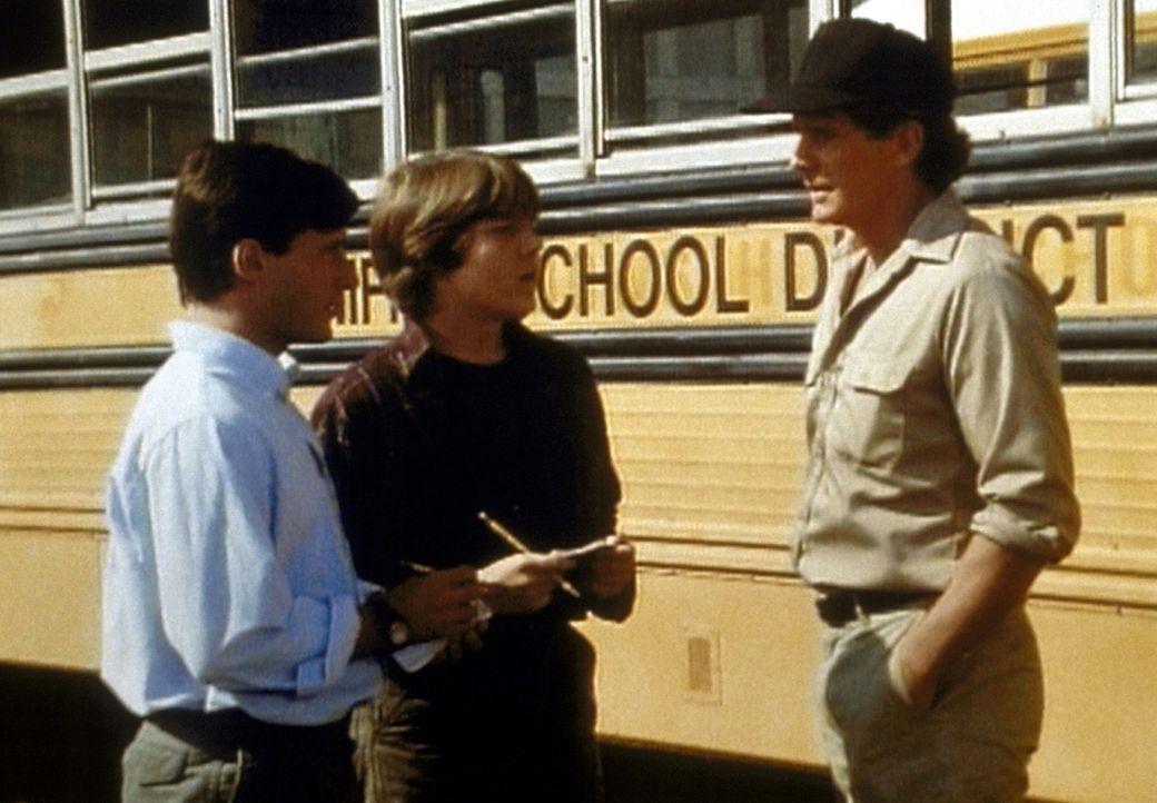 Colin (Andrew Lauer, l.) und Doug (Scott Fults, M.) wollen den Busfahrer Larry (Dack Rambo, r.) zu dem Unfall befragen. - Bildquelle: Worldvision Enterprises, Inc.