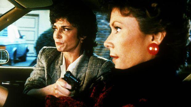 Amanda (Kate Jackson, r.) ist in der Gewalt der Lobbyistin Rita Holden (Trici...