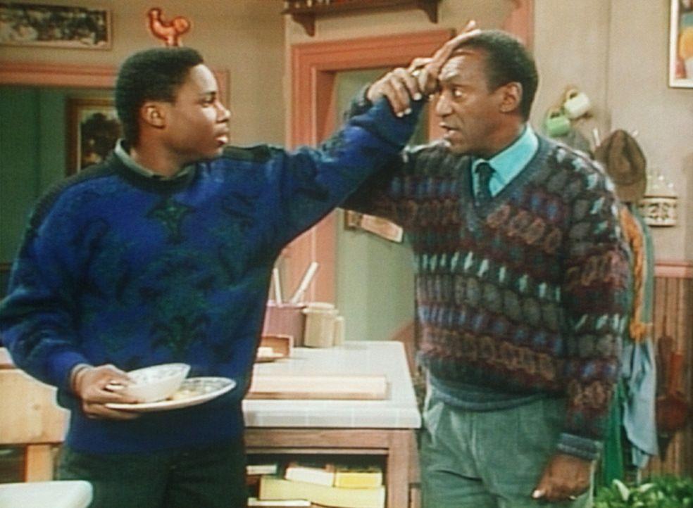 Cliff (Bill Cosby, r.) glaubt, Fieber zu haben, als Theo (Malcolm-Jamal Warner, l.) freiwillig den Tisch abräumen will. - Bildquelle: Viacom