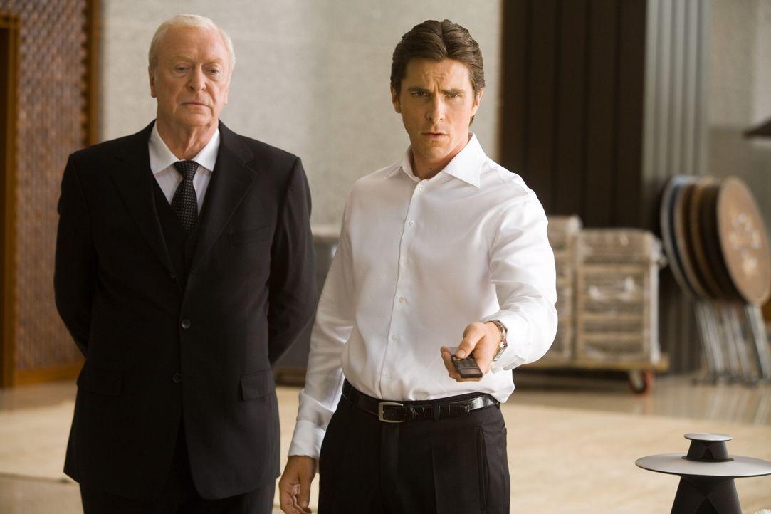 Müssen mitansehen, wie der Joker Gotham City in ein anarchisches Chaos stürzt: Bruce Wayne alias Batman (Christian Bale, r.) und Butler Alfred (Mi... - Bildquelle: Warner Bros.