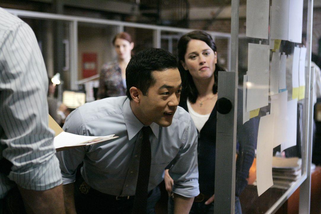 Versuchen die bereits gesammelten Hinweise, des neuen Mordfalles zusammen zu fügen: Kendall (Tim Kang, M.) und Teresa (Robin Tunney, r.) ... - Bildquelle: Warner Bros. Television