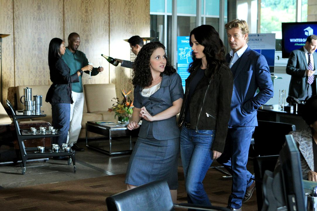 Teresa (Robin Tunney, M.) und Patrick (Simon Baker, r.) ermitteln in einen neuen Fall. Doch kann ihnen Tiffany Stark (Senta Moses, l.) weiterhelfen? - Bildquelle: Warner Bros. Television