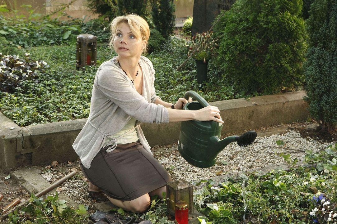 Am Grab ihres Mannes hat Peggy (Annette Frier) eine Erscheinung ... - Bildquelle: Sat.1