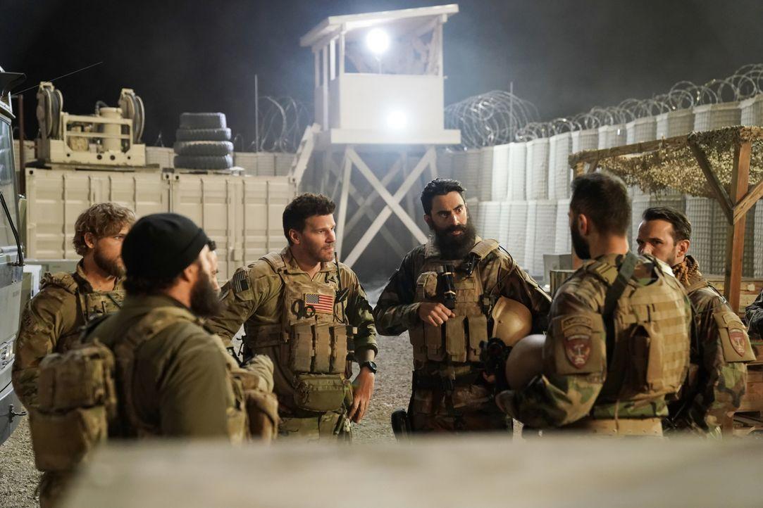 Das Team um Jason Hayes (David Boreanaz, M.) vermutet hinter dem Mord an ihren Kameraden den afghanischen Polizeikommandanten Salim Hakan, weshalb s... - Bildquelle: Cliff Lipson Cliff Lipson/CBS   2018 CBS Broadcasting, Inc. All Rights Reserved.