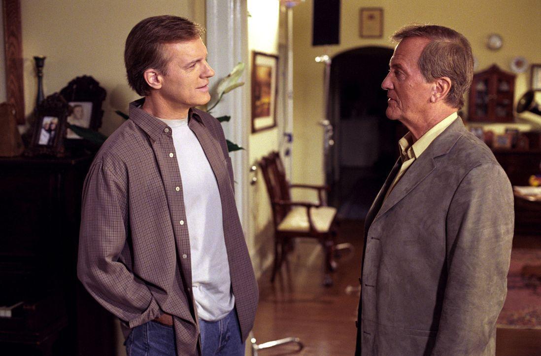 Eric (Stephen Collins, l.) ist mehr als überrascht als Ken Smith (Pat Boone, r.) behauptet, seine Tochter Mary habe seinen Sohn verführt ... - Bildquelle: The WB Television Network