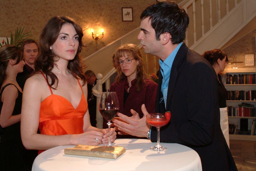 Auf der Party beobachtet Lisa (Alexandra Neldel, M.), wie Mariella (Bianca Hein, l.) und David (Mathis Künzler, r.) miteinander streiten. (Dieses F... - Bildquelle: Sat.1