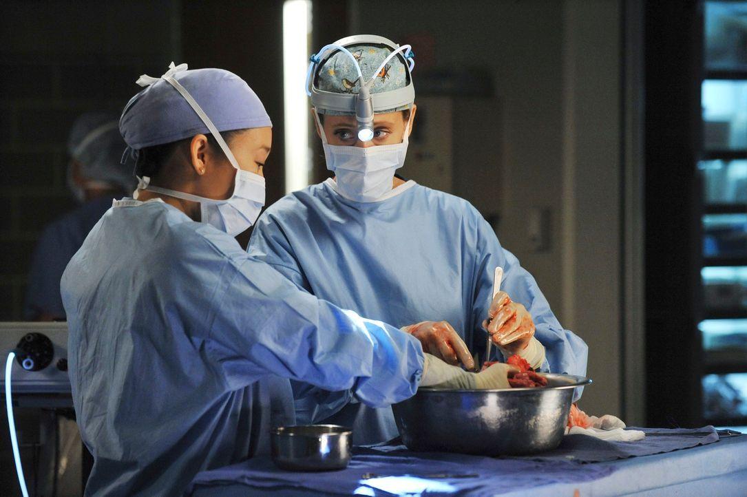 Während einer Operation mit Teddy (Kim Raver, r.) bricht Cristina (Sandra Oh, l.) plötzlich zusammen. Die Ereignisse des Amoklaufs haben ihr den Bod... - Bildquelle: ABC Studios