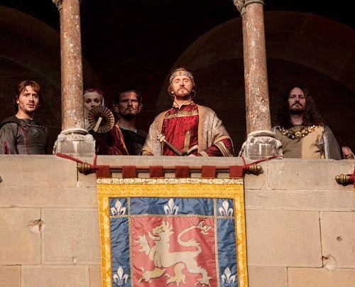 Immerhin will König Stephan (Tony Curran) den jungen Richard als Ritter in seine Dienste nehmen. Er braucht dringend Männer, um die Rebellion sein... - Bildquelle: Egon Endrenyi - Tandem Productions - Pillars Productions