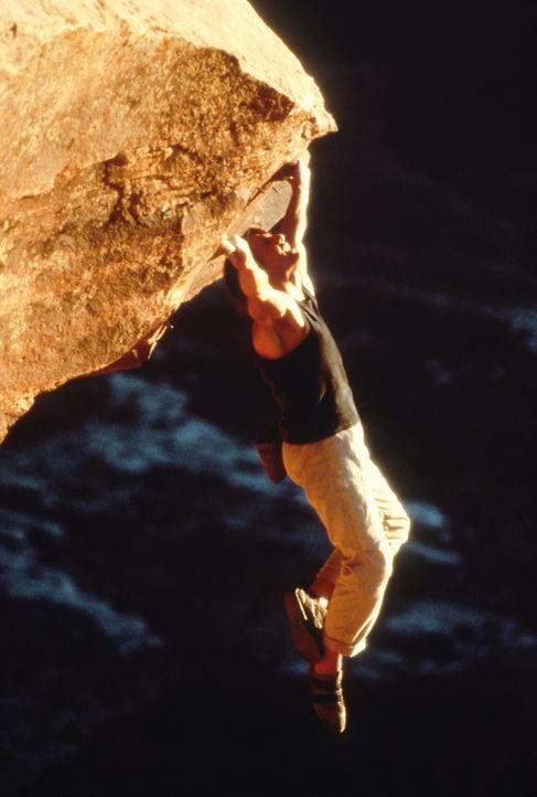 Während des Urlaubs, beim Free Climbing in einer 800 Meter hohen Felswand, erreicht Ethan Hunt (Tom Cruise) die Nachricht, dass ein ehemaliger IMF A... - Bildquelle: Paramount Pictures