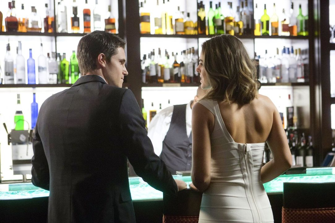 Mit viel Charme versucht Stephen (Robbie Amell) die äußerst gefährliche Cassandra Smythe (Serinda Swan, r.) an ihren Vater auszuliefern ... - Bildquelle: Warner Bros. Entertainment, Inc