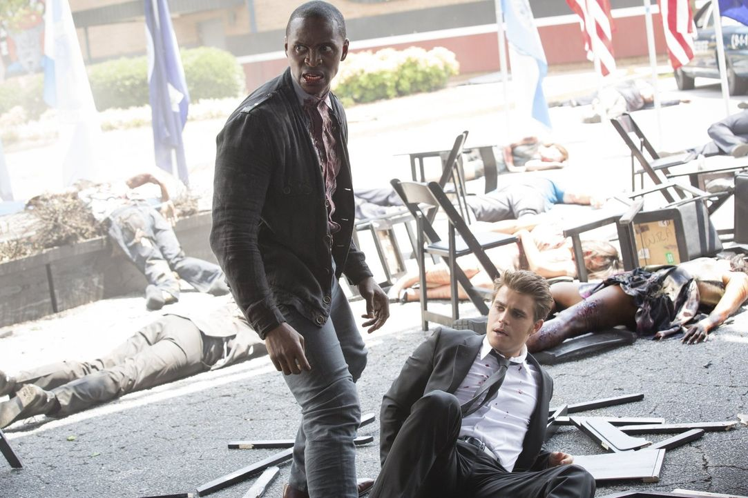 Nachdem Stefan (Paul Wesley, r.) und Caroline versucht haben, alle Mitglieder aus Liliys Familie zu vernichten, schlagen Beau (Jaiden Kaine, l.) und... - Bildquelle: Warner Bros. Entertainment, Inc.