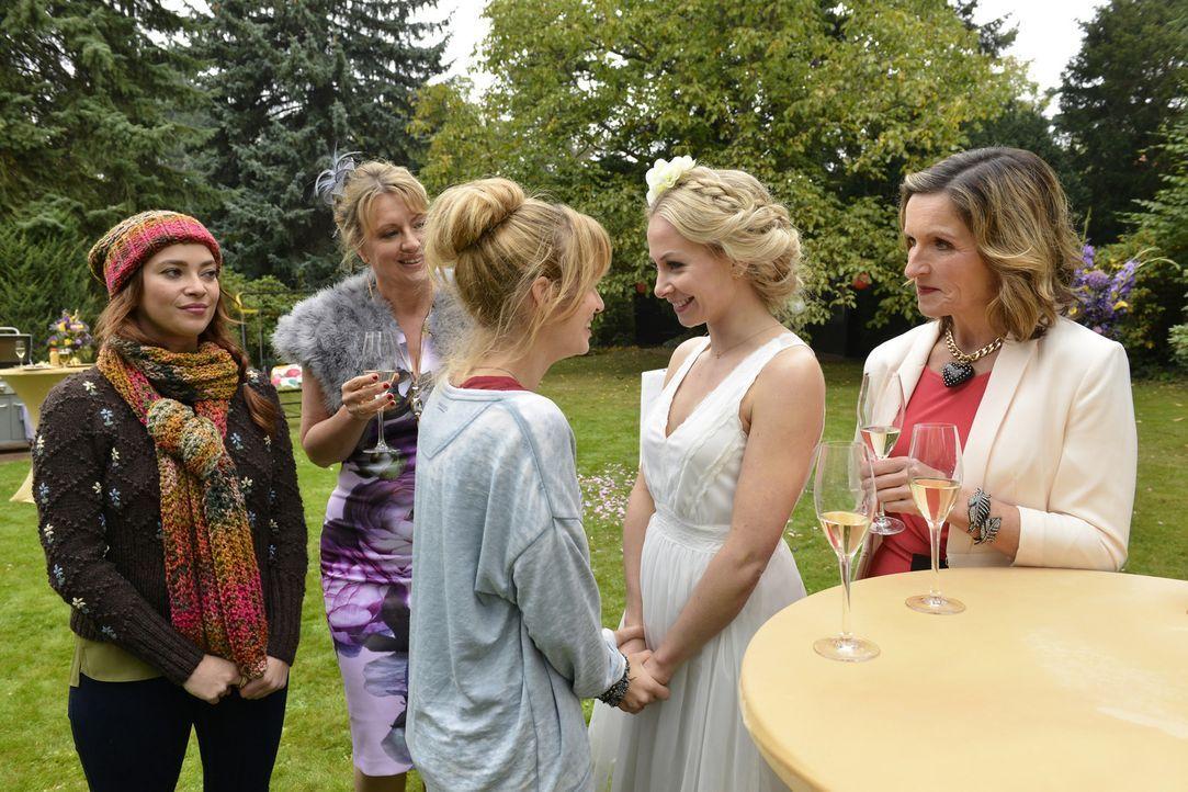 Spontan entscheiden sich Luisa (Janny Bach, 2.v.r.) und Julian dazu, vor den Altar zu treten. Mila (Susan Sideropoulos, M.), Sally (Laura Ossswald,... - Bildquelle: Oliver Ziebe sixx