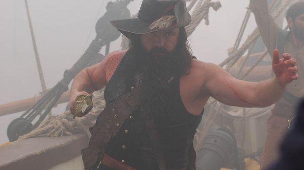 Vor jeder Schlacht steckt sich Blackbeard (Angus MacFadyen) Lunten an das End...