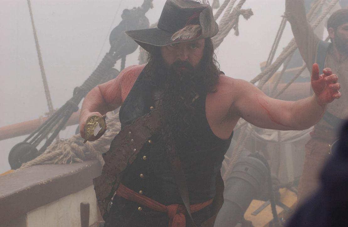 Vor jeder Schlacht steckt sich Blackbeard (Angus MacFadyen) Lunten an das Ende seines wuchernden schwarzen Bartes, die er anzündet, wenn sich feind... - Bildquelle: Hallmark Entertainment