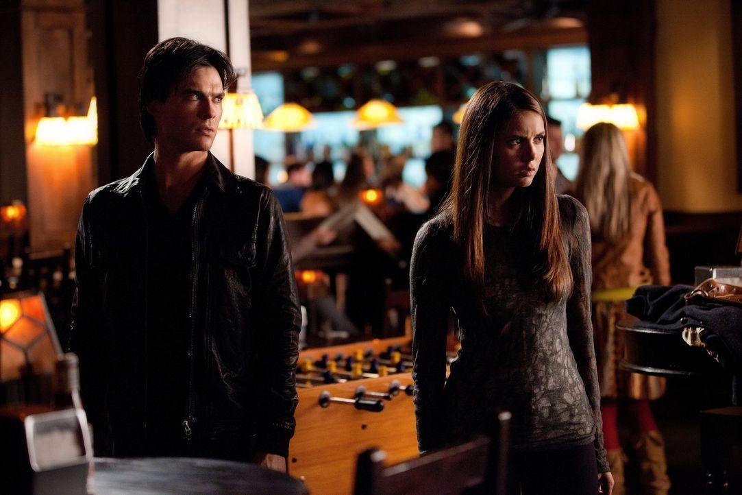 Elena (Nina Dobrev, r.) bittet Damon (Ian Somerhalder, l.), Jeremy so zu manipulieren, dass er freiwillig die Stadt verlässt, um bei Freunden ein s... - Bildquelle: Warner Brothers