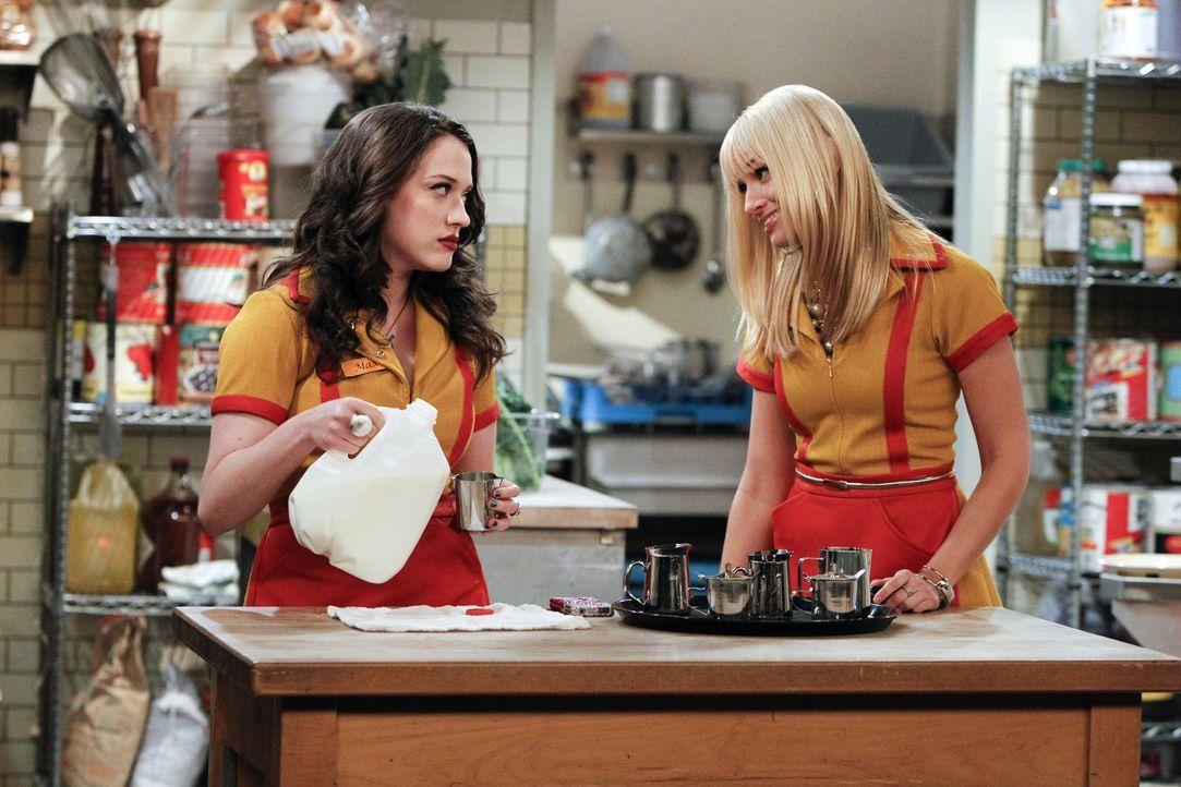 An ihren Erfolg mit dem Cupcake-Geschäft glaubt Max (Kat Dennings, l.) nicht wirklich, aber Caroline (Beth Behrs, r.) hat natürlich eine Antwort a... - Bildquelle: Warner Brothers
