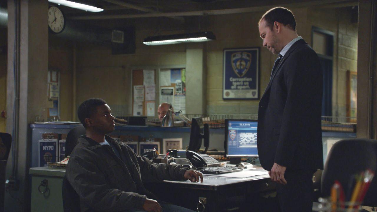 Danny (Donnie Wahlberg, r.) hält bei einem Mordprozess den Angeklagten Deshawn Wiliams (J.Mallory MCree, l.) als einziger Geschworener für unschuldi... - Bildquelle: 2013 CBS Broadcasting Inc. All Rights Reserved.